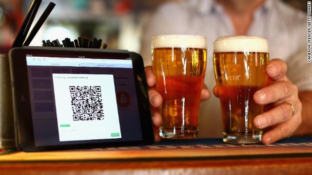 Bitcoin được dùng để mua bia và bánh mỳ kẹp thịt