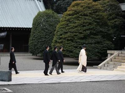 Bộ trưởng Nhật thăm Yasukuni xát thêm muối vào vết thương