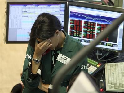 Phố Wall biến động mạnh sau báo cáo kinh tế gây thất vọng