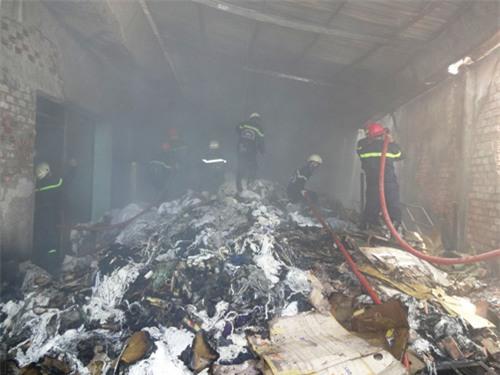 TP.HCM: Cháy công ty dệt may, hàng trăm công nhân tháo chạy