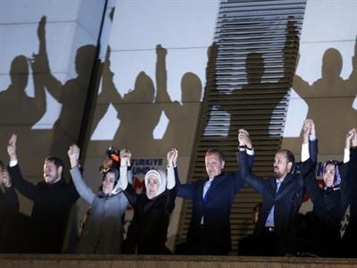"""Thủ tướng Thổ Nhĩ Kỳ tuyên bố chiến thắng, dọa """"kẻ thù"""""""