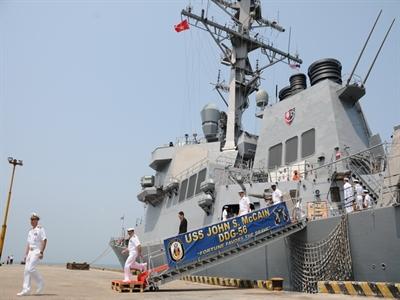 Khu trục hạm hải quân Hoa Kỳ cập cảng Tiên Sa
