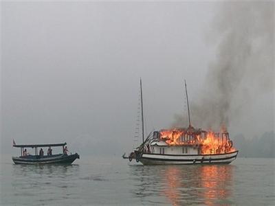 Lại cháy tàu khách trên Vịnh Hạ Long
