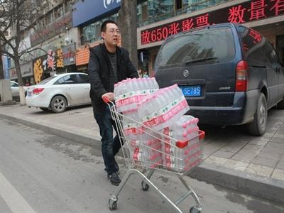 Trung Quốc: Cháy chợ nước đóng chai vì nước máy có benzen