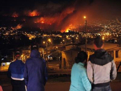 Lửa vẫn bao vây cảng Chilê: 15 người chết