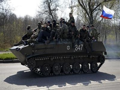 Xe quân sự mang cờ Nga xuất hiện ở đông Ukraine