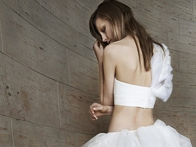 Vera Wang ra mắt BST váy cưới trắng tinh và gợi cảm