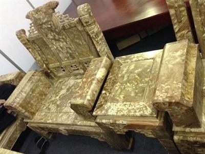 Hơn 200 triệu đồng một bộ bàn ghế gỗ ngọc nghiến