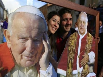 Hàng triệu người dự lễ phong thánh lịch sử cho hai cố giáo hoàng