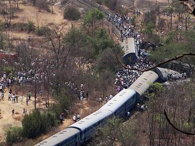 Tàu hỏa Ấn Độ trật đường ray làm 19 người chết