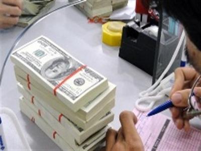 Lãi suất huy động USD dưới 1%, người vay vẫn gánh lãi tới 7%
