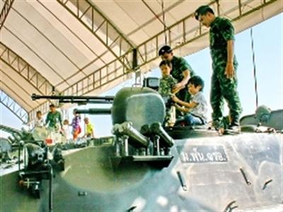 Xe tăng vào Bangkok, quân đội bác bỏ tin đảo chính