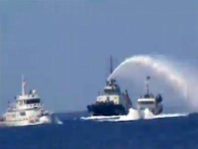 Tàu Trung Quốc phun vòi rồng, tạo bằng chứng giả