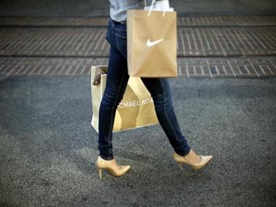Doanh số bán lẻ suy giảm, hạ thấp triển vọng tăng trưởng của Mỹ