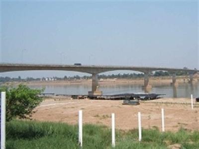 Thái Lan phong tỏa cầu nối với Lào