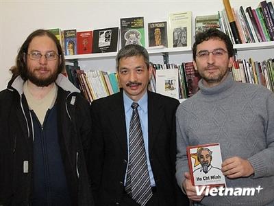 Cuốn Hồ Chí Minh tuyển tập được xuất bản tại Argentina