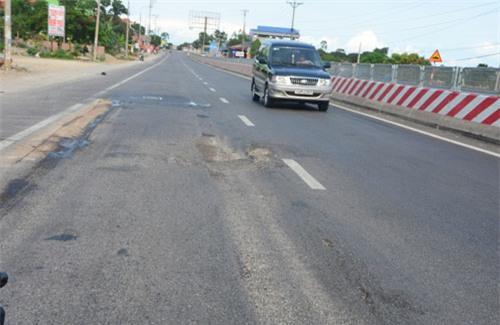 Quốc lộ 2.800 tỷ đồng đoạn Uông Bí - Hạ Long vừa khánh thành đã lún, nứt