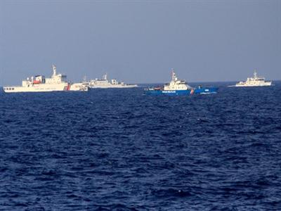 Tàu Việt Nam tiến sát giàn khoan Trung Quốc