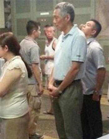 Thủ tướng Singapore xếp hàng mua gà rán