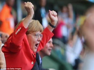 Ăn mừng tuyển Đức thắng trận kiểu Thủ tướng Angela Merkel