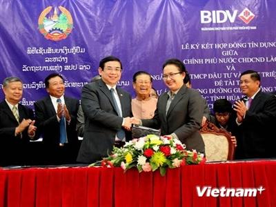 Việt Nam-Lào ký hợp đồng tín dụng phát triển giao thông