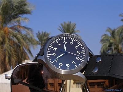 Đàn ông mẫu mực đeo đồng hồ Đức