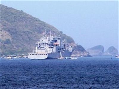 Tàu hậu cần Mỹ vào vịnh Nha Trang bảo dưỡng