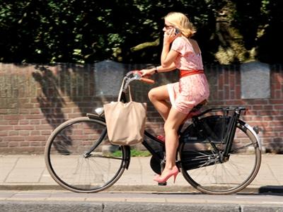 Người đẹp đi xe đạp: Diện sandal chuẩn