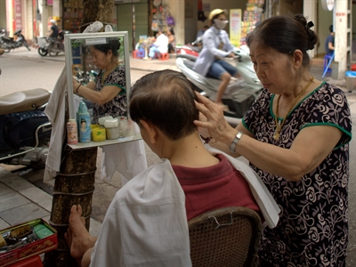 Chuyện bà thợ cắt tóc vỉa hè Hà Nội