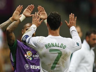 Forbes xếp hạng Cristiano Ronaldo hơn đứt Messi