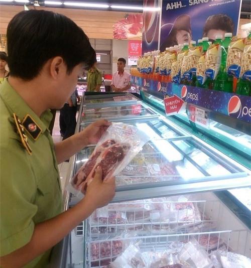 Tạm giữ nhiều hàng hóa tại Lotte Mart Đống Đa - Hà Nội