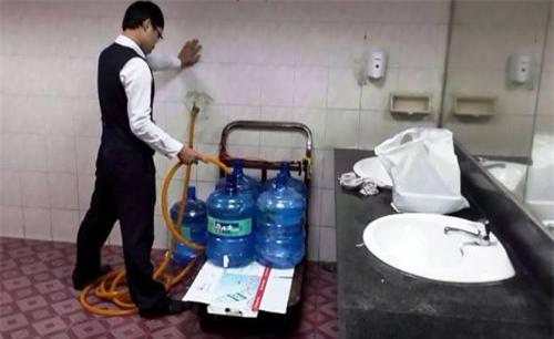 Sân bay Tân Sơn Nhất gây sốc với hình ảnh lấy nước toilet vào bình