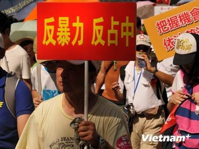 """Hong Kong bùng nổ biểu tình lớn chống chiếm  """"phố Wall"""""""