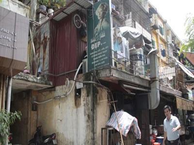 Hà Nội khẩn cấp di chuyển dân khỏi tòa nhà sắp sập ở Giảng Võ