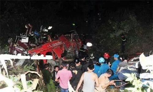 Xe khách chở gần 50 người lao xuống vực sâu ở Sa Pa