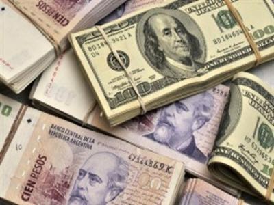 Nhu cầu mua USD của Argentina tăng kỷ lục do nội tệ trượt giá