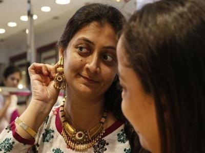 Nhập khẩu vàng của Ấn Độ dự báo tăng, chênh lệch giá lên 2 lần