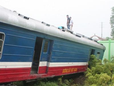 Đường sắt thông tuyến sau tai nạn tàu đâm xe container