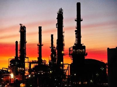 Giá dầu Mỹ tăng lên gần bằng giá dầu toàn cầu