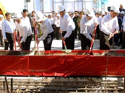 Thủ tướng Nguyễn Tấn Dũng dự Lễ hợp long cầu Cửa Đại