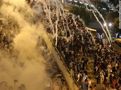 Thị trường tài chính tại Hong Kong lao dốc vì biểu tình