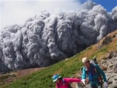 Núi lửa Nhật Bản phun trào dữ dội, ít nhất 4 người thiệt mạng