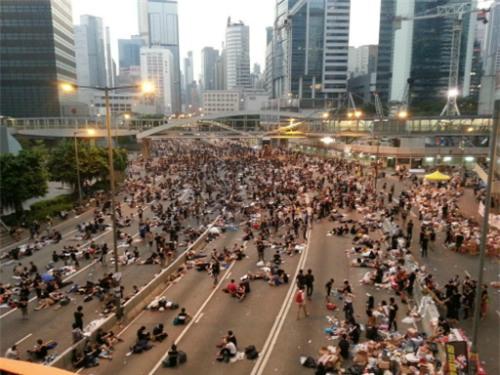 Cảnh sát chống bạo động rút, người Hong Kong tiếp tục biểu tình