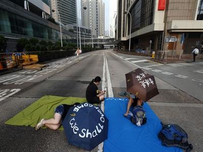 Thị trường tài chính Hong Kong khởi sắc do biểu tình lắng dịu