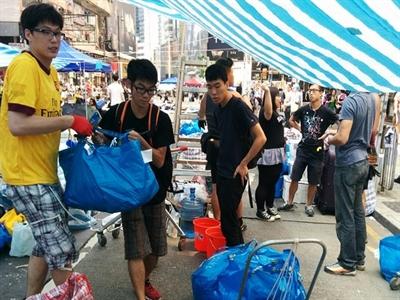 Người biểu tình Hong Kong rút lui một phần