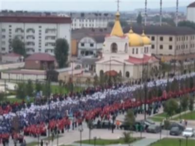 Hơn 100.000 người diễu hành mừng sinh nhật Putin