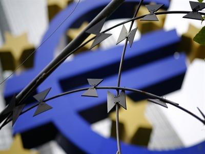 Euro giảm giá sau số liệu sản xuất công nghiệp