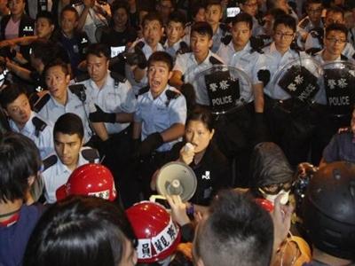 Hong Kong cách chức nhiều cảnh sát vì đánh người biểu tình