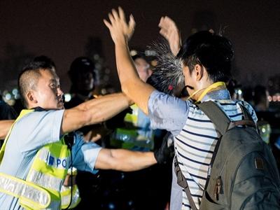 Người biểu tình Hong Kong đụng độ với cảnh sát