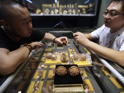 Trung Quốc: Quả óc chó đắt ngang vàng ròng